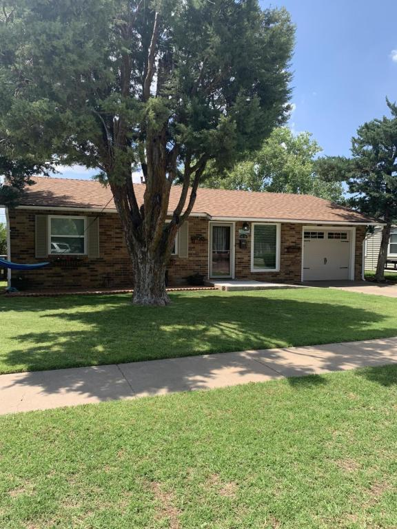 1424 S Twichell Ave, Dumas, TX 79029